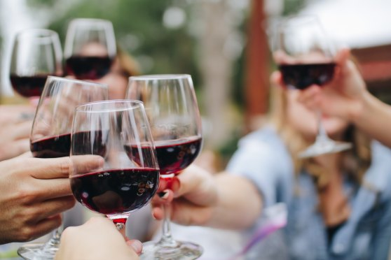 kieliszki czerwonego wina