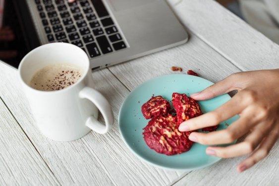 kawa i ciastko przy komputerze
