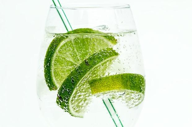 szklanka wody z limonką
